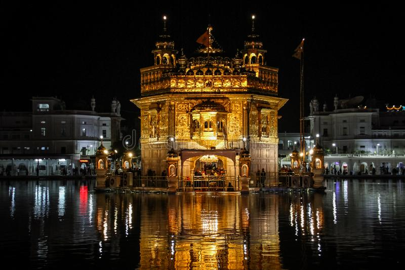 Sri Harmandir Sahib, goldener Tempel nachts, Amritsar, Punjab, Indien lizenzfreie stockfotos