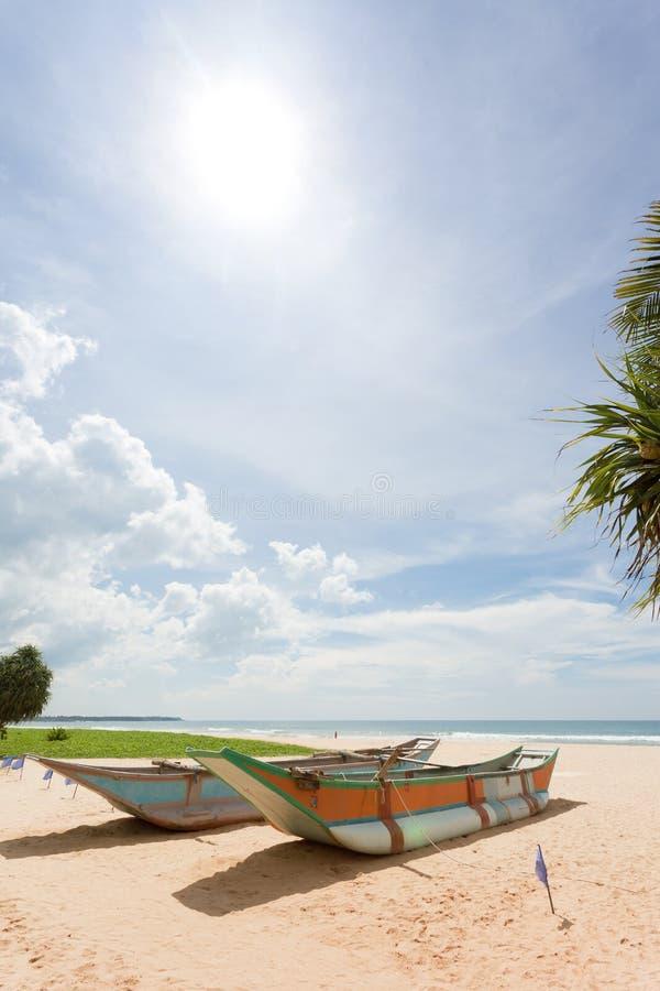 Sri Lanka - Ahungalla - donde está agradable y el sol la playa es h fotos de archivo