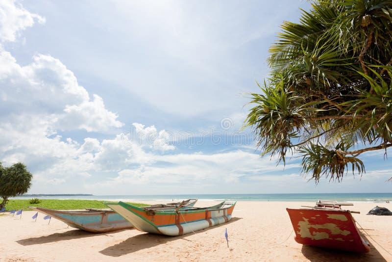 Sri Lanka - Ahungalla - lanchas tradicionales en la playa fotos de archivo libres de regalías