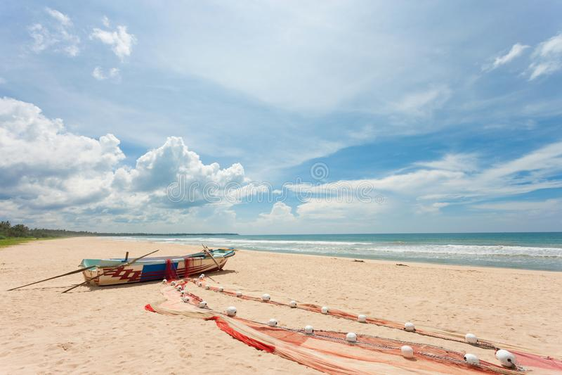 Sri Lanka - Ahungalla - pescadores que secan su red de pesca fotografía de archivo