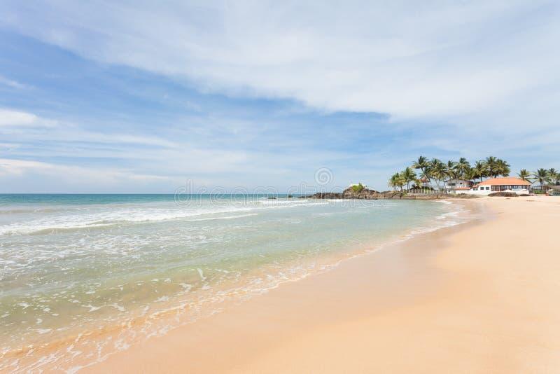 Sri Lanka - Ahungalla - som imponeras av det idylliska strandlandskapet royaltyfria foton