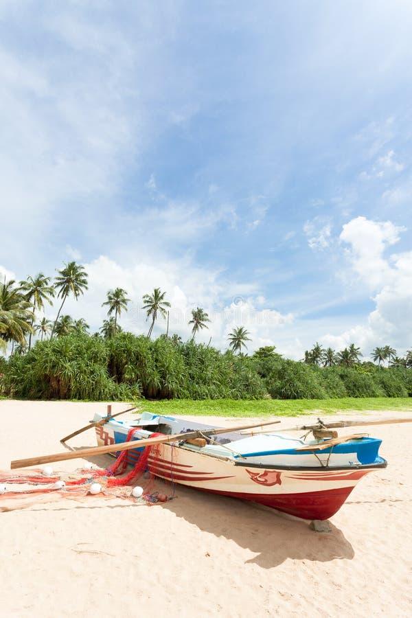 Sri Lanka - Ahungalla - un barco de pesca delante de las palmeras imagen de archivo