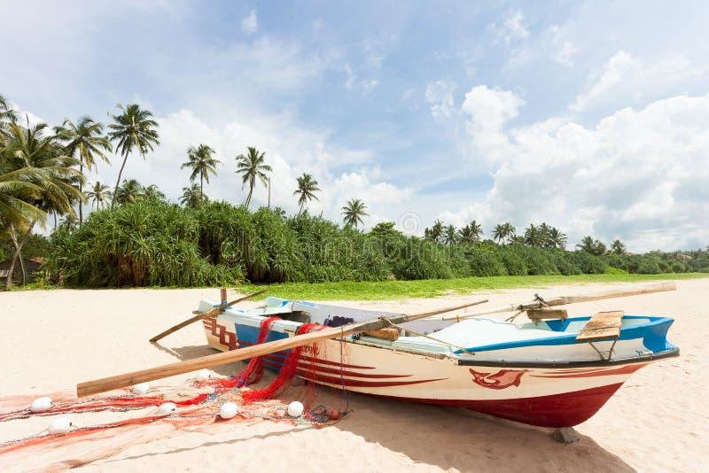Sri Lanka - Ahungalla - un barco de pesca en la playa fotos de archivo