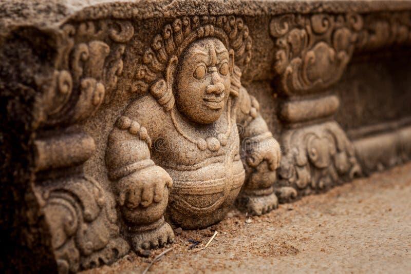Sri Lanka, Anuradhapura Carácter mitológico en una pared de piedra de un primer del templo budista fotografía de archivo