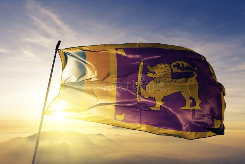 Sri Lanka flaga państowowa tkaniny tekstylny sukienny falowanie na wierzchołku royalty ilustracja