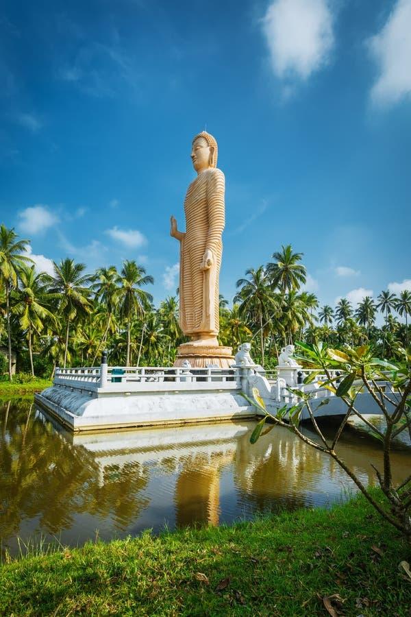 Sri Lanka Hikkaduwa De obelisk in geheugen van Boedha stierf tijdens tsunami stock foto's