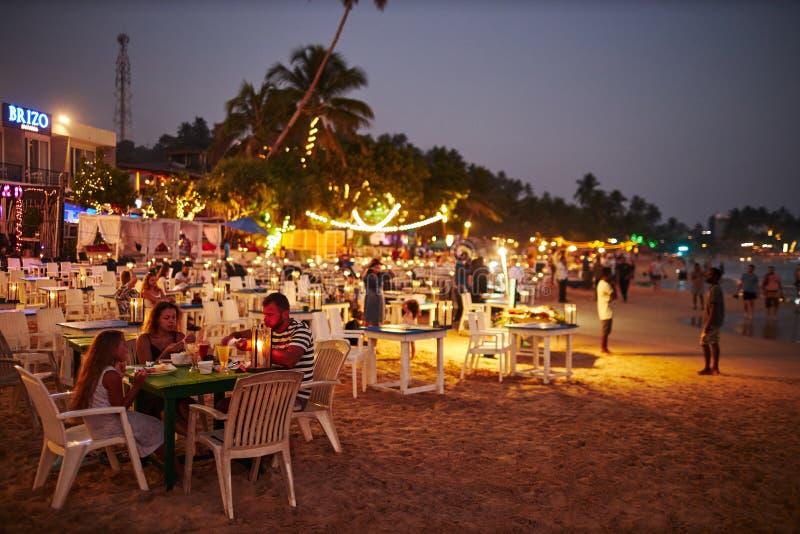 Sri Lanka, Mirissa, 01 02 2020, Restaurant extérieur à la plage au coucher du soleil image stock