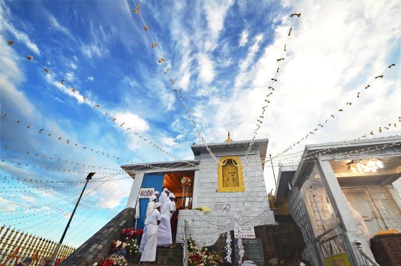 Sri Lanka, a montanha máxima de Adam (Sri Pada), o 6 de janeiro de 2016 - templo no pico do ` s de Adam fotografia de stock royalty free