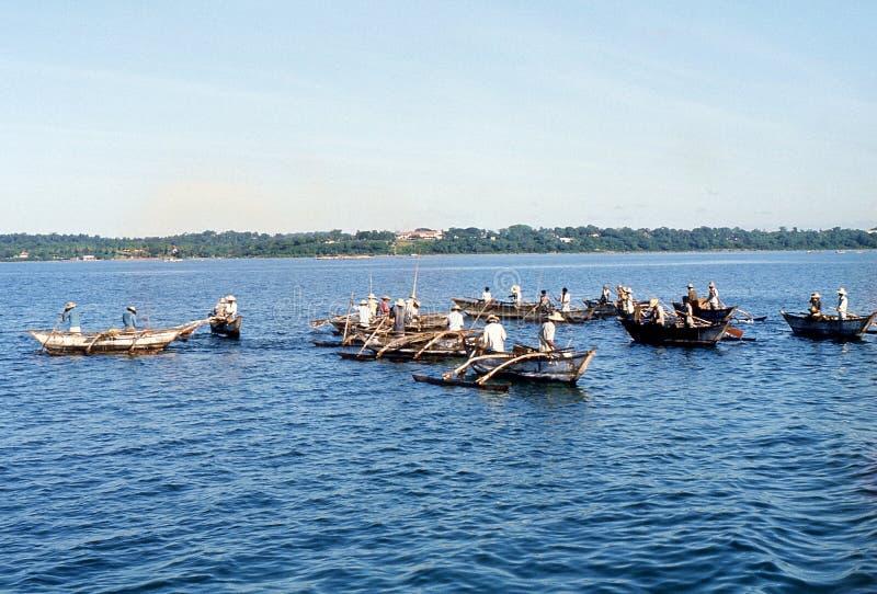 1977 Sri Lanka Pescadores en canoas de soporte imagen de archivo