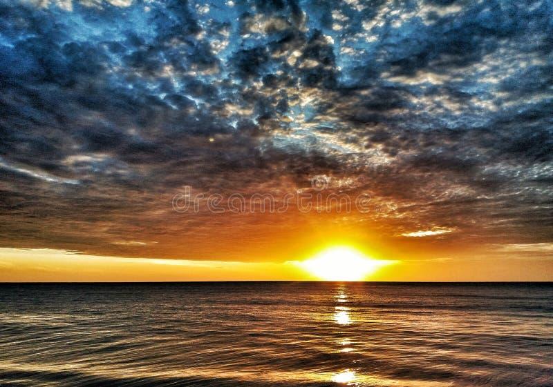 Sri Lanka piękny wschód słońca z chmurami w Arugam zatoce obrazy royalty free