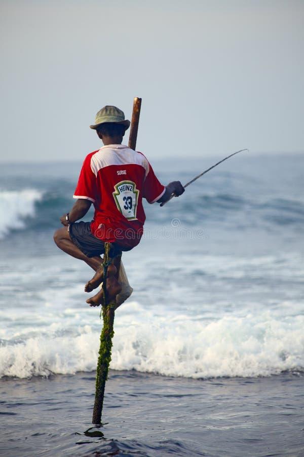 Sri Lanka traditionnel : pêche d'échasse en ressac d'océan images libres de droits