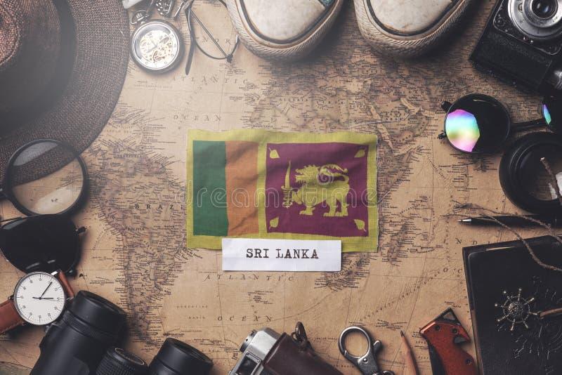 Sri Lanka - Vlag tussen de accessoires van de reiziger op de oude Vintage-kaart Overhead Shot royalty-vrije stock foto's