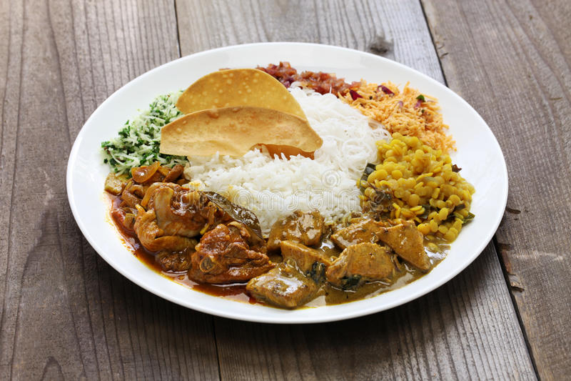 Sri lankan rijst en kerrieschotel stock afbeelding
