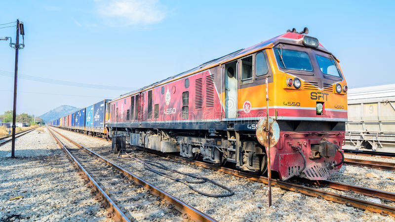 Sri Racha, Thailand: G.E.-Lokomotivgüterzug. stockfoto