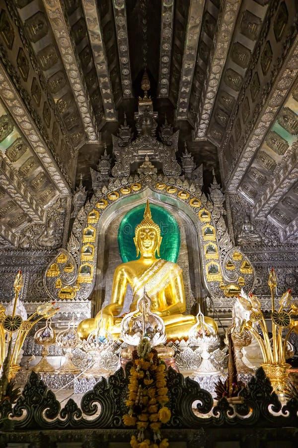 Sri Suphan tempel, Chiang Mai Province, Thailand - Juni 5 2016, försilvrar Buddha inom världen första kapellet royaltyfri bild