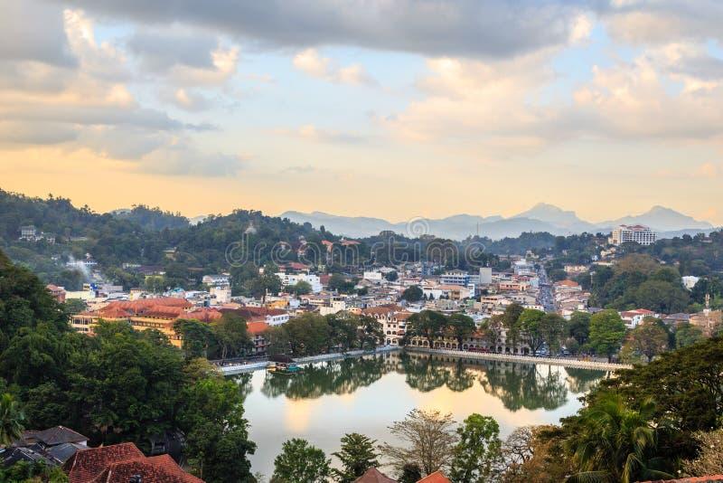 Srilankan Kandy stadspanorama med sjön i förgrunden, centralt landskap, Sri Lanka arkivbilder