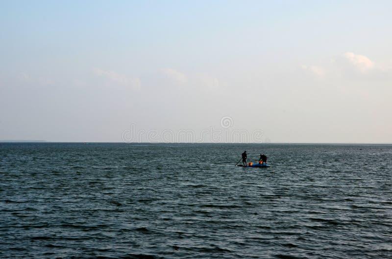Srilankesisk fiskare för tamil två på den traditionella flotten på havsfiske Jaffna Sri Lanka arkivfoto