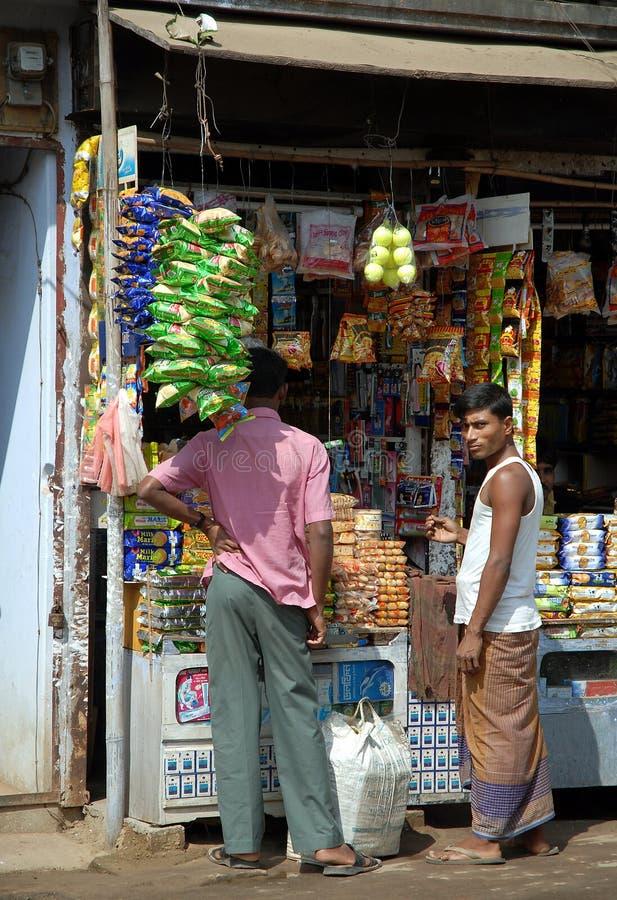 Srimangal à Sylhet Division, Bangladesh Deux hommes dans un petit magasin image stock