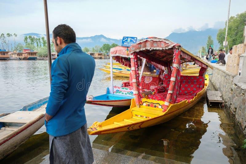 Srinagar, Índia - 25 de abril de 2017: Estilo de vida no lago Dal, pessoa que vive de 'no barco casa' e que usa o bote 'Shikara'  fotografia de stock royalty free