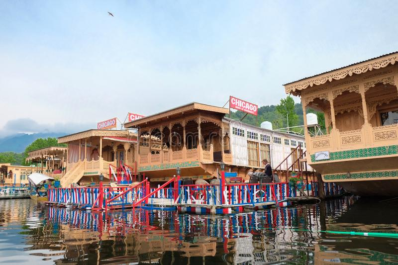 Srinagar, India - April 25, 2017: Levensstijl in Dal meer, Mensen die in 'Huisboot' leven en kleine boot 'Shikara' met behulp van royalty-vrije stock afbeeldingen