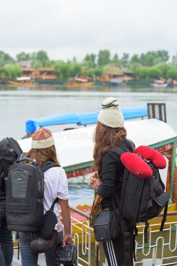 SRINAGAR, INDIA - JULI 09, 2015: De toerist in Dal meer wachtende plaatselijke bevolking gebruikt 'Shikara', een kleine boot voor stock afbeeldingen