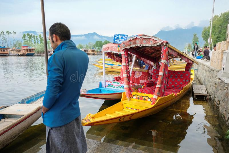Srinagar, Indien - 25. April 2017: Lebensstil im Dal See, Leute, die 'im Hausboot' leben und kleines Boot 'Shikara' für verwenden lizenzfreie stockfotografie