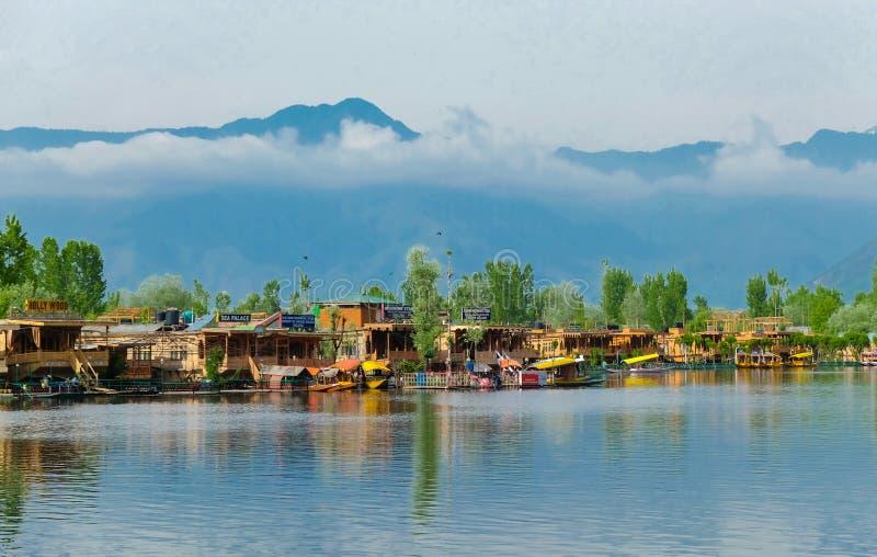 Srinagar, Indien - 25. April 2017: Lebensstil im Dal See, Leute, die 'im Hausboot' leben und kleines Boot 'Shikara' für verwenden lizenzfreie stockfotos