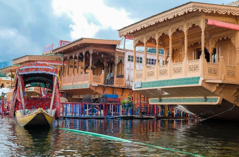 Srinagar, Indien - 25. April 2017: Lebensstil im Dal See, Leute, die 'im Hausboot' leben und kleines Boot 'Shikara' für verwenden lizenzfreies stockbild
