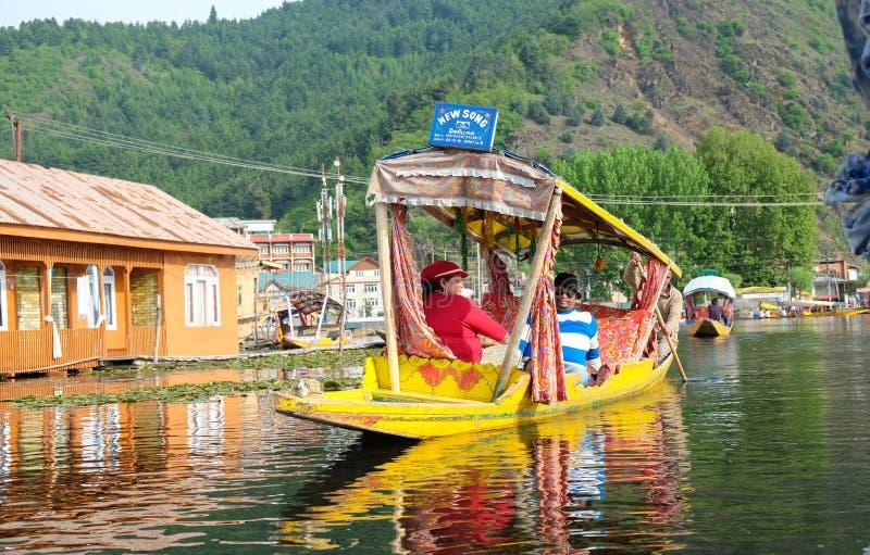 Srinagar, Indien - 25. April 2017: Lebensstil im Dal See, Leute, die 'im Hausboot' leben und kleines Boot 'Shikara' für verwenden stockfotos