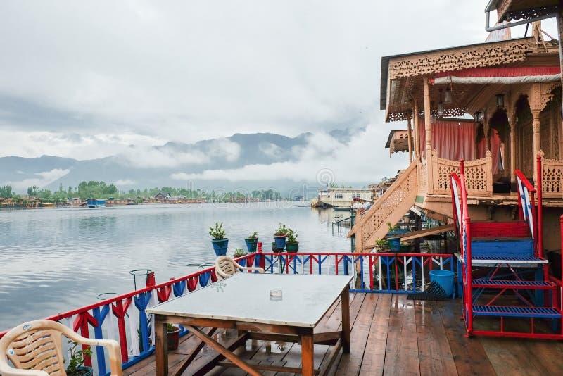 Srinagar, Indien - 25. April 2017: Lebensstil im Dal See, Leute, die 'im Hausboot 'leben und kleines Boot 'Shikara 'für verwenden lizenzfreie stockfotografie