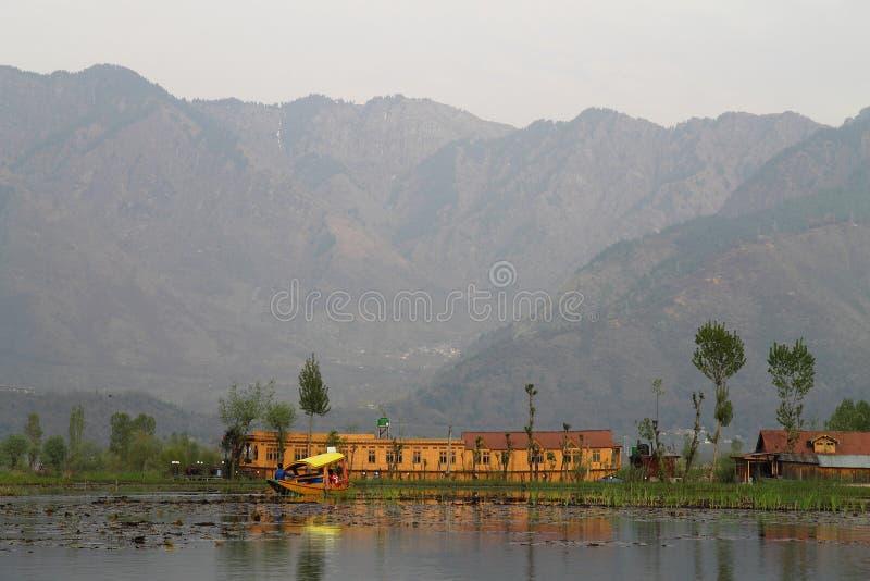 SRINAGAR, JAMMU I KASZMIR, INDIA Kwiecień 2017: Piękny krajobraz w Dal jeziorze obraz stock