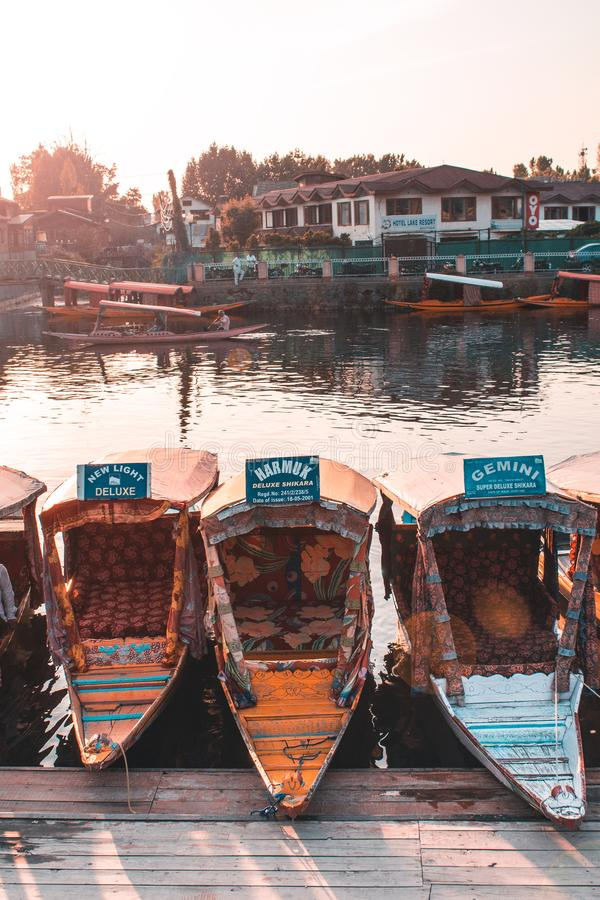 Srinagar, Jammu & Kashmir - Juni 16 2019: Beroemd Dal meer met shikarasboats in het water De tijd van de zonsondergang royalty-vrije stock fotografie