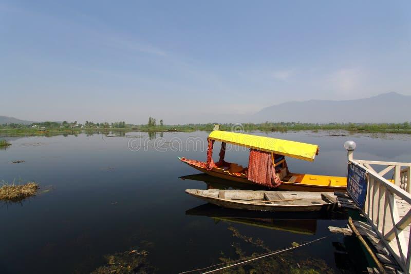 SRINAGAR, JAMMU Y CACHEMIRA, la INDIA abril de 2017: Barco en Dal Lake imagen de archivo