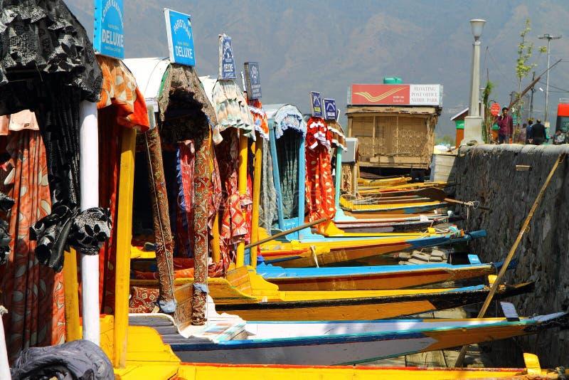SRINAGAR, JAMMU Y CACHEMIRA, la INDIA abril de 2017: Paisaje hermoso en Dal Lake fotografía de archivo