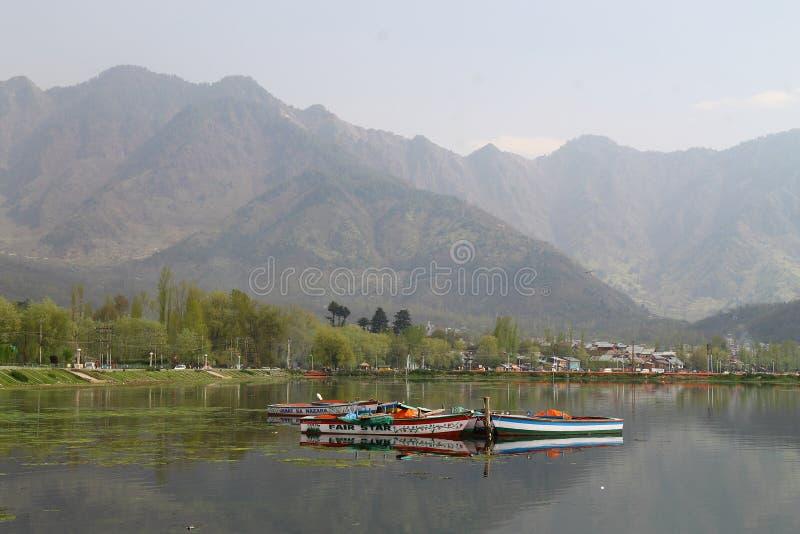 SRINAGAR, JAMMU Y CACHEMIRA, la INDIA abril de 2017: Paisaje hermoso en Dal Lake foto de archivo libre de regalías