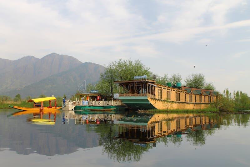 SRINAGAR, JAMMU Y CACHEMIRA, la INDIA abril de 2017: Paisaje hermoso en Dal Lake imágenes de archivo libres de regalías