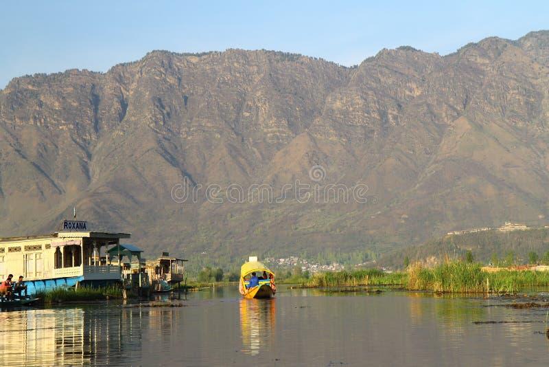 SRINAGAR, JAMMU Y CACHEMIRA, la INDIA abril de 2017: Paisaje hermoso en Dal Lake foto de archivo
