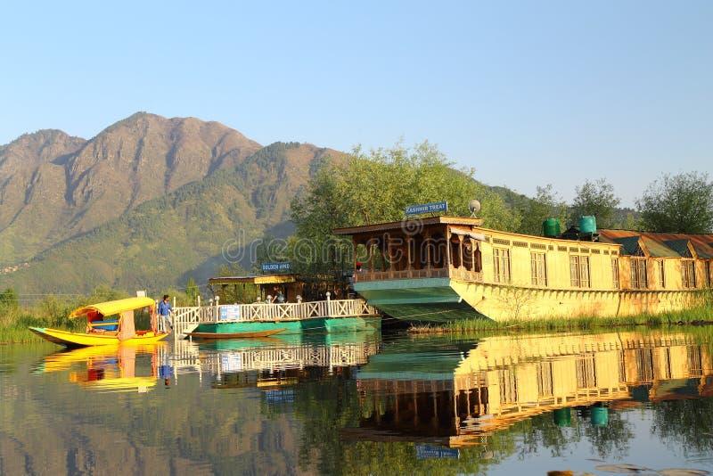 SRINAGAR, JAMMU Y CACHEMIRA, la INDIA abril de 2017: Paisaje hermoso en Dal Lake fotos de archivo libres de regalías