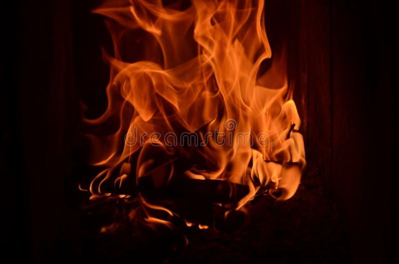 Srogi ogień płonie w grabie zdjęcia royalty free