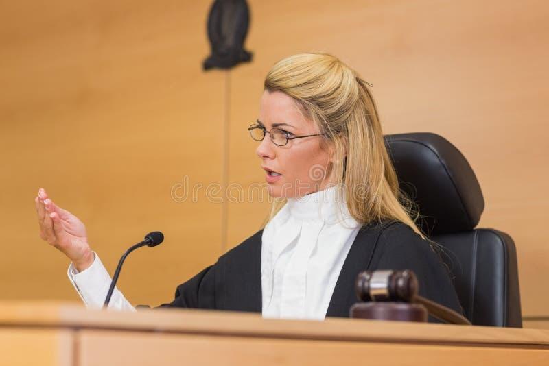 Srogo sędzia mówi sąd obraz stock