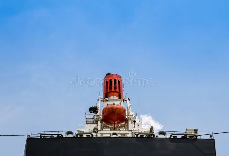 Srogo statek z zbawczym lifeboat na Aft zdjęcia stock