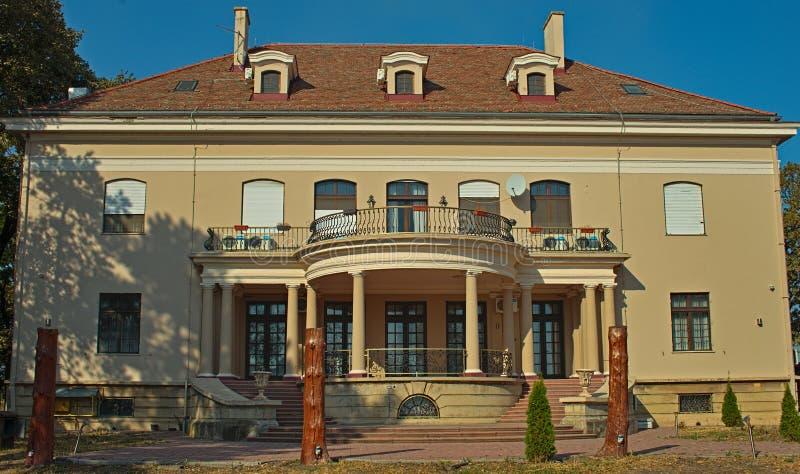 SRPSKA CRNJA, SERBIA, PAŹDZIERNIK 14th 2018 - Outside widok na luksusowej willi obraz stock