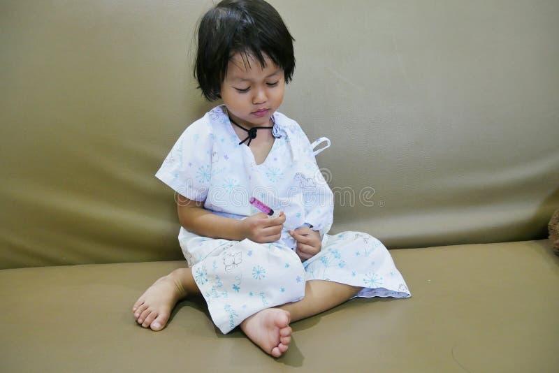 Srta. paciente nostálgica Family Feeling Sad del niño se sienta en la solución salina de la cama colorida a mano imagen de archivo libre de regalías