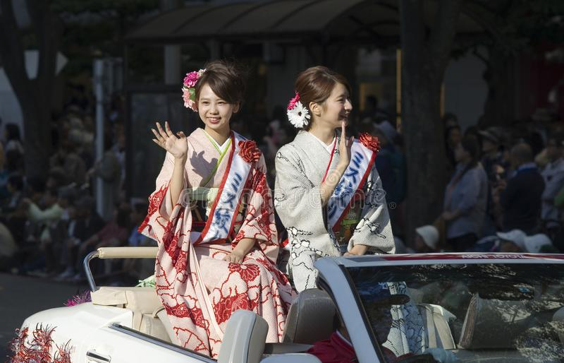 Srtas. japonesas en el coche durante el festival de Nagoya, Japón foto de archivo