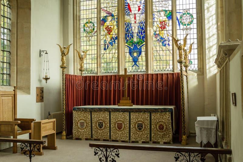Ss Peter e altar maggiore Northleach Inghilterra della chiesa di parrocchia di Paul fotografia stock libera da diritti
