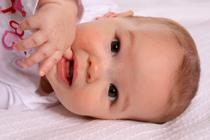 ssać kciuk dziecinne obraz stock