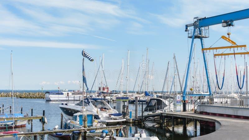 Ssailing yachts an einem Hafen von Ostsee Yacht Hebemaschine Nord-Deutschland, Küste von Ostsee stockfotografie