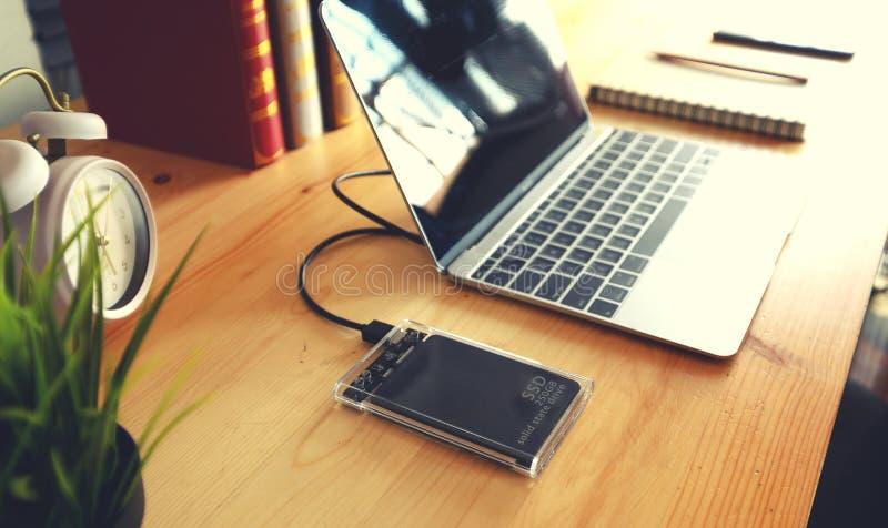 SSD и компьтер-книжка, полупроводниковый привод с sata 6 gb соединения стоковые фотографии rf