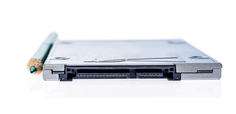 SSD de circuito integrado da movimentação ao lado de uma comparação do tamanho do lápis fotos de stock