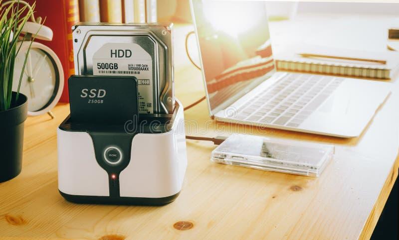 SSD e portátil, movimentação de circuito integrado com sata 6 gb de conexão imagens de stock